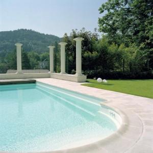Säulen zum Himmel neben Schwimmbad