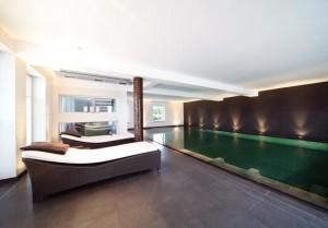 Smaragd-Glanz im Schwimmbad