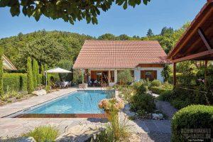 Pflanzenreich trifft Pool-Lounge